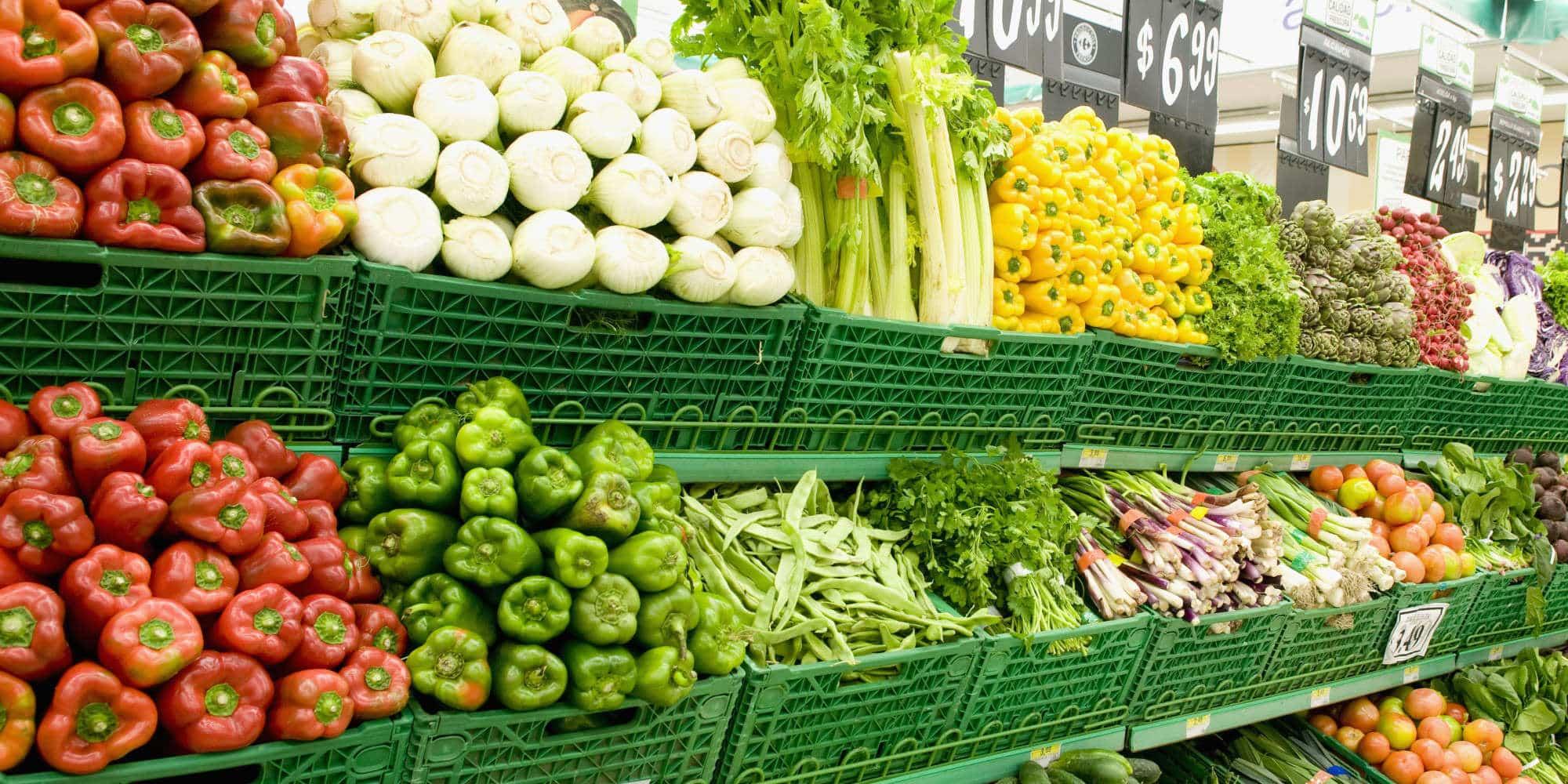 frutta e verdura sugli scaffali