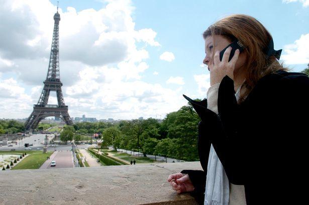 Ragazza che chiama in roaming