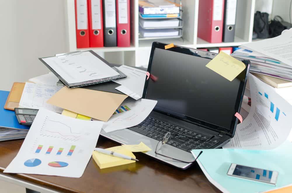 Scrivania Ufficio Organizzata : Scrivania in ufficio ma va sempre tenuta ordinata bianco